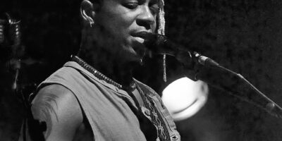 C'est peut-être pas plus mal, parce que la maturité et la singularité qui s'affirment dans ses deux derniers albums, donnent à saliver quant à la dimension du spectacle de ce 30 avril 2021 à l'Institut français du Cameroun, antenne de Douala. Le retour de Blick Bassy sur la scène camerounaise