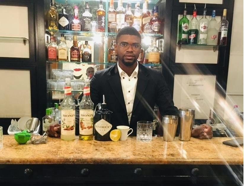 À partir des boissons classiques, ce jeune camerounais crée des mélanges aux gouts et saveurs exceptionnels. À la découverte de ce professionnel de la nuit qui régale les palais de ses clients.